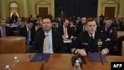 El director del FBI, James Comey (izquierda) y el director de la Agencia de Seguridad Nacional, Mike Rogers (derecha) comparecen ante la Comisión de Inteligencia de la Cámara de Representantes de EE.UU., el lunes, 20 de marzo, de 2017.