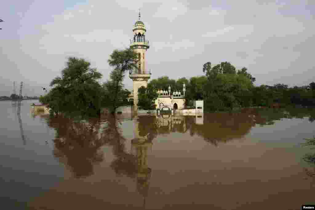 دریاؤں میں بعض مقامات پر اونچے درجے کا سیلاب ہے اور کئی مقامات پر بند ٹونٹے سے نشیبی علاقے اور قریبی دیہات زیر آب ہیں۔