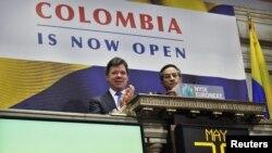 El presidente de Colombia, Juan Manuel Santos, toca la campana en la sesión de hoy de la bolsa de valores en Nueva York.