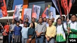 香港民主派舉辦大型街站全力支持工黨李卓人(前排右4)參選立法會九龍西地區補選。(美國之音湯惠芸)