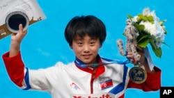 러시아 카잔에서 열린 세계수영선수권대회 10미터 다이빙 종목에서 금메달을 차지한 북한의 김국향 선수가 30일 시상대에서 포즈를 취하고 있다.
