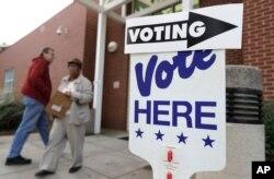지난해 10월 노스캐롤라이나주 샬럿에서 시민들이 사전투표를 위해 투표소에 도착하고 있다.