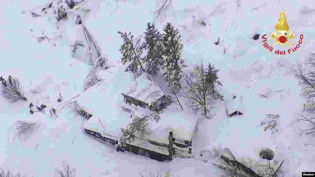 Foto udara hotel Rigopiano di Farindola, Italia tengah, tampak terkubur lapisan salju akibat avalanche (salju longsor).