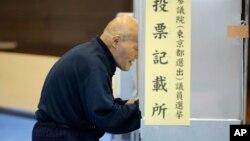 Một cử tri tại một điểm bỏ phiếu ở Tokyo, ngày 10 tháng 7 năm 2016.