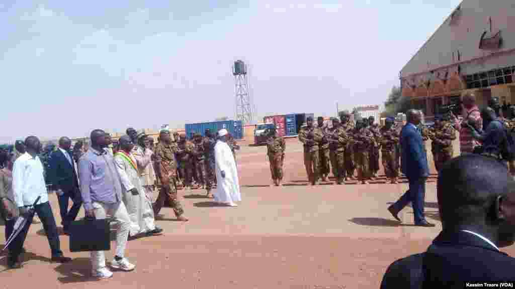 Le président français malien Ibrahim Boubacar Keita, au centre, passe les troupes en revue à Gao, Mali, 19 mai 2017. (VOA/Kassim Traore)