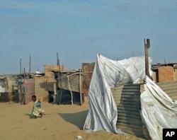 Criança num acampamento de refugiados das cheias do Namibe
