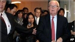 10월 24일 제네바에서 북한과 회담을 위해 호텔을 나서는 보즈워스 대표