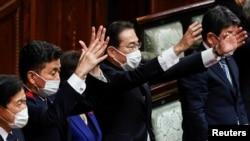 日本首相岸田文雄(中)2021年10月14日在解散眾議院後揮手打氣(路透社)