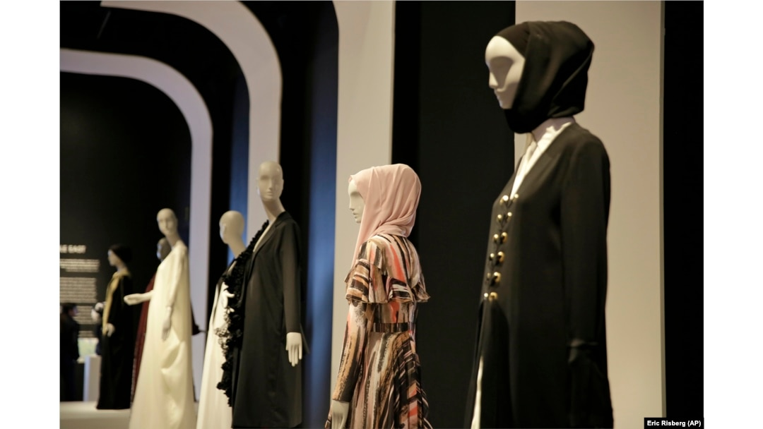 Modern Muslim Women S Fashion Debuts At San Francisco Museum