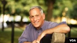 Walter Isaacson dijo que empezó a escribir el libro en 2009 por iniciativa de la esposa de Jobs.