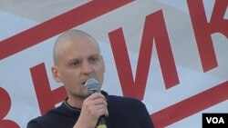 反對派領袖烏達里佐夫在7月26日莫斯科反政府集會中發表講話 (美國之音白樺)