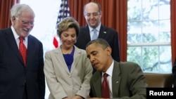 Predsednik Obama potpisuje zakon o povećanoj bezbednosnoj saradnji SAD i Izraela.