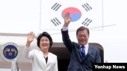 문재인 한국 대통령과 부인 김정숙 여사가 28일 오후 성남 서울공항에서 미국으로 출발하기에 앞서 환송객들에게 인사하고 있다.
