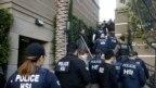 Ảnh tư liệu - Các nhân viên liên bang khám xét một khu chung cư tại Orange County ngày 03/03/2015, nơi mà nhà chức trách nhận được tin báo có đường dây đưa những người phụ nữ mang bầu sang Mỹ sinh con để được hưởng quy chế quốc tịch với giá 50.000 đô la cho mỗi trường hợp.
