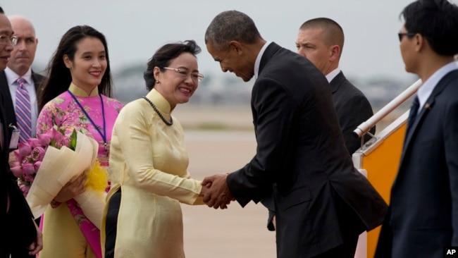 Bà Nguyễn Thị Quyết Tâm (áo vàng) tiếp đón Tổng thống Mỹ Barack Obama nhân chuyến thăm của ông tới Việt Nam vào tháng 5/2016. Ảnh: AP Photo/Carolyn Kaster