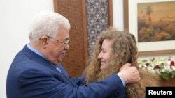 Tổng thống Palestine Mahmoud Abbas gặp gỡ thiếu niên Palestine Ahed Tamimi sau khi cô được thả tự do khỏi nhà tù của Isarel ở Ramallah ở khu vực Bờ Tây bị Israel chiếm giữ hôm 29/7.