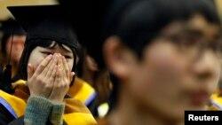 지난 2012년 2월 한국 안성의 탈북자 대한학교인 '한겨레고등학교' 졸업식에서, 북한 출신 학생들이 감격스러워 하고 있다. (자료사진)