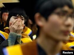 지난 2012년 2월 한국의 탈북민 대한학교인 '한겨레고등학교' 졸업식에서, 졸업생들이 감격스러워 하고 있다.