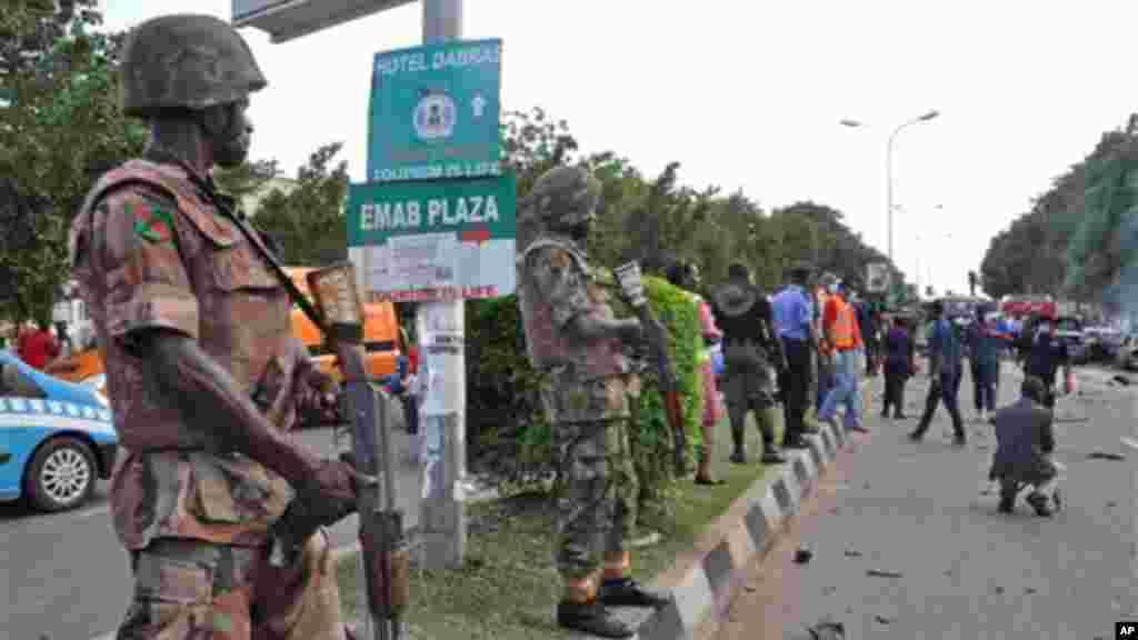Sojojin na sintiri a inda Bom ya fashe a Abuja 25, ga Yuni 2014.