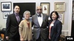 북한에 억류 중인 한국계 미국인 케네스 배 씨 가족이 지난달 29일 미국 워싱턴에서 찰스 랭글 하원의원과 면담했다. 사진 왼쪽부터 아들 조너선 배 군, 어머니 배영희 씨, 찰스 랭글 의원, 여동생 테리 정 씨.