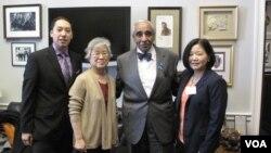 북한에 억류 중인 한국계 미국인 케네스 배 씨 가족이 지난 1월 29일 미국 워싱턴에서 찰스 랭글 하원의원과 면담했다. 사진 왼쪽부터 아들 조너선 배 군, 어머니 배명희 씨, 찰스 랭글 의원, 여동생 테리 정 씨.