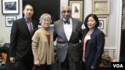 북한에 억류 중인 한국계 미국인 케네스 배 씨 가족이 지난 1월 미국 워싱턴에서 찰스 랭글 하원의원과 면담했다. 사진 왼쪽부터 아들 조너선 배 군, 어머니 배영희 씨, 찰스 랭글 의원, 여동생 테리 정 씨.