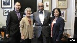 북한에 억류 중인 한국계 미국인 케네스 배 씨 가족이 29일 미국 워싱턴에서 찰스 랭글 하원의원과 면담했다. 사진 왼쪽부터 아들 조너선 배 군, 어머니 배영희 씨, 찰스 랭글 의원, 여동생 테리 정 씨.