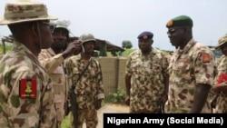 Le général Laftanal Tukur Yusuf Buratai s'est rendu à Gudallah où Boko Haram a attaqué la semaine dernière, le 12 septembre 2018.