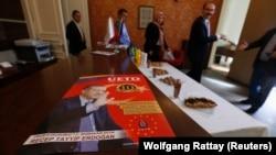 Avrupalı Türk Demokratlar Derneği yetkilileri Köln'de Erdoğan'ın varışından önce basın toplantısı düzenlemeye hazırlanırken