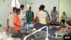Người bị thương nằm trên cáng tại một bệnh viện ở trong tỉnh Abyan ở miền nam Yemen