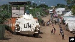 Một chiếc xe bọc thép của Liên Hiệp Quốc trong trại tị nạn ở Juba, Nam Sudan, ngày 25 tháng 7 năm 2016.