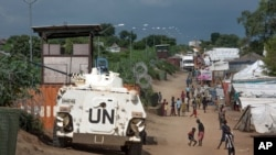 资料照- 南苏丹首都朱巴,联合国一辆装甲运兵车守卫着一所难民营。