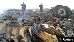 Fövqəladə Hallar Nazirliyinin əməkdaşları Rusiyapərəst separatçılar tərəfindən vurulmuş Boeing 777-nin qalıqları yaxınlığında işləyirlər. Qrabovo, Donetsk, Ukrayna. 17 iyul, 2014.