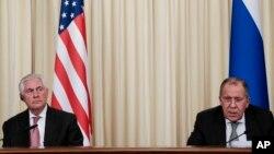 Le ministre russe des Affaires étrangères Sergueï Lavrov, à gauche, et le secrétaire d'État américain Rex Tillerson lors d'une conférence de presse à Moscou, en Russie, le mercredi 12 avril 2017.