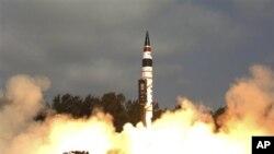 India berhasil meluncurkan Rudal Agni-V berjarak 5,000 kilometer dari Pulau Wheeler, India (19/4).