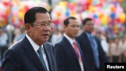 រូបឯកសារ៖ លោកនាយករដ្ឋមន្ត្រី ហ៊ុន សែន ចូលរួមប្រារព្ធខួបទី៦៦ ដែលកម្ពុជាទទួលបានឯករាជ្យពីបារាំង នៅកណ្ដាលរាជធានីភ្នំពេញ ថ្ងៃទី៩ ខែវិច្ឆិកា ឆ្នាំ២០១៩។ REUTERS/Samrang Pring