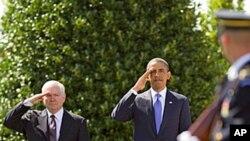 국방장관 이임식에서 경례를 하는 게이츠 장관(좌)과 오바마 대통령