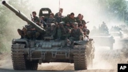 Колонна российских танков с пехотой на броне (архивное фото)