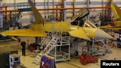 Para pekerja pabrik BAE Systems Warton dekat Preston, Inggris tengah menyelesaikan instalasi di salah satu cockpit pesawat berbasis Eurofighter Typhoon (Foto: dok). Perusahaan kedirgantaraan dan pertahanan Inggris ini telah menandatangani kontrak senilai miliaran dolar untuk memasok 20 pesawat tempur ke Oman.