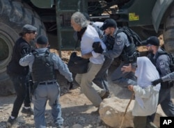 Israeli border police arrest American university professor Frank Romano in the West Bank Bedouin community of Khan al-Ahmar, Sept. 14, 2018. A lawyer for Romano says he was detained by Israeli police for allegedly trying to disrupt the work of security forces.