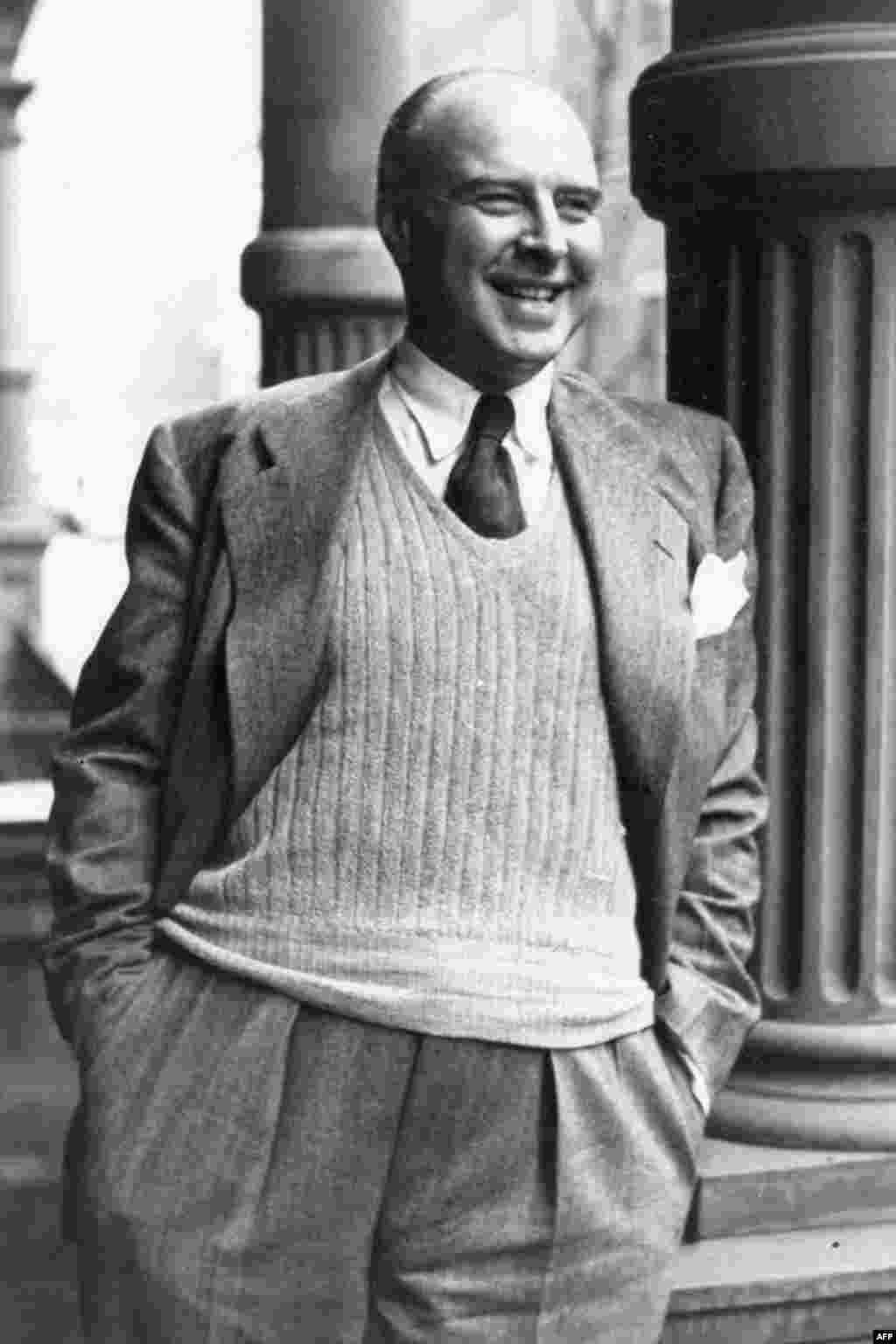 John Houseman, Giám đốc đầu tiên của VOA từ 1942 đến 1944.