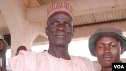 Bukar Jimeta (tsakiya sanye da babbar riga) tare da wasu jami'an kungiyar maharban jihar Adamawa