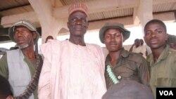 Bukar Jimeta (tsakiya sanye da kayan gida) tare da wasu jami'an kungiyar maharban jihar Adamawa