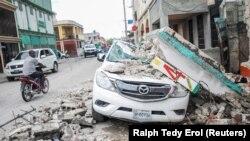 2021 年 8 月 15 日在海地萊斯凱斯發生 7.2 級地震後,一輛受損汽車在瓦礫下。(路透社)