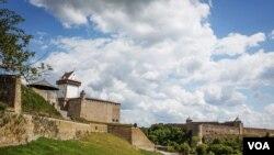 Символ многовекового военного противостояния между Западом и Востоком - крепости в Нарве и Ивангороде на российско-эстонской границе. (Фото Vera Undritz)