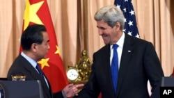美国国务卿克里和中国外长在联合举行记者会后交谈。(2016年2月23日)