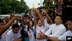 အလုပ္ၾကမ္းနဲ႔ေထာင္ဒဏ္ဆယ္ႏွစ္ ခ်မွတ္ခံခဲ့ရတဲ့ ယူနတီ သတင္းေထာက္ (၅) ဦးအတြက္ လြတ္ေျမာက္ေစေၾကာင္း ရန္ကုန္ ဆုေတာင္းပြဲ။ (ဇူလိုင္ ၁၁၊ ၂၀၁၄)