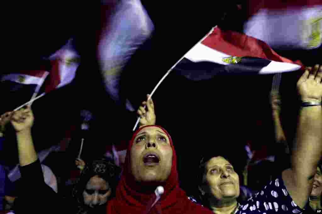 Para penentang Mohammed Morsi merayakan tumbangnya kekuasaan presiden Mesir itu di luar istana kepresidenan di Kairo (3/7).