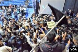 混亂中記者會佈置差點被推倒。(美國之音湯惠芸攝)