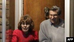 Džo Paterno sa suprugom Suzan ispred svoje kuće